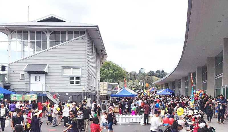 2017年1月21日参加了新西兰奥克兰春节前华人最大的迎春活动-新春花市同乐日,当天现场聚集了奥克兰华人众多的商家,并且全天表演不停歇,新西兰中旅也把最优质的产品和服务带到了现场,为当天现场的华人朋友提供专业的旅游咨询、预定服务。